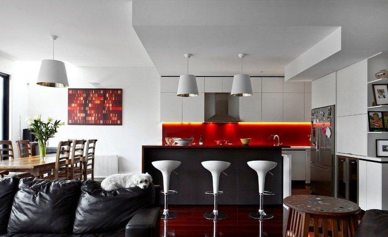 Барная стойка на белой кухне: примеры оформления